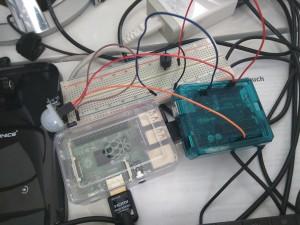 KleinChaos auf dem Schreibtisch: Uno mit Bewegungsmelderalarm, Raspi mit ersten Python-Programmierungen (aber noch ohne Verkabelung)