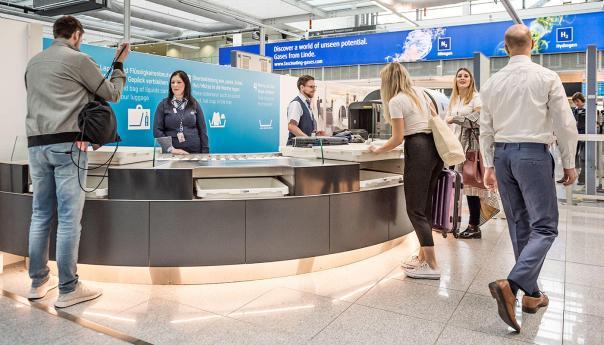 So sieht der Aufbau aus: Halbkreisförmig, mit von unten entnehmbaren Wannen - vier Positionen und der Absicht, langsamere Passagiere zu überholen. Aber: es kommt noch besser! /Bild-Quelle: Flughafen München