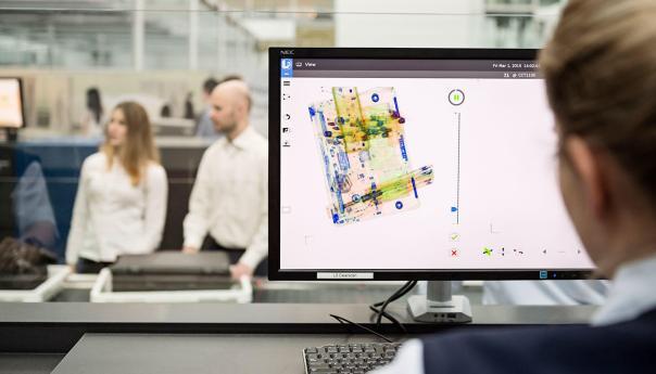 Computer-Tomografie-Technik macht alles besser, leichter und auch für uns Passagiere einfacher: Schicke 3D-Bilder mit individuell-unterschiedlicher Färbung zum schnellen Erkennen von Gegenständen und eben in alle Richtungen drehbar / Bild-Quelle: Flughafen München