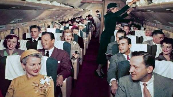 Schöne heile Kabinenwelt: in den 50ern wurde noch der Anzug und das Kostüm raus genommen, Fliegen als DAS Lebens-Ereignis! Und auch rauchen an Bord war erlaubt und üblich! / Bild-Quelle: fr.de