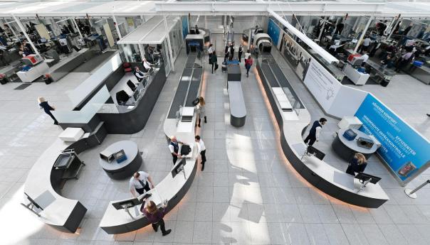 """Blick vom anderen Ende auf den Komplettaufbau: vorne im Bild mittig die Stationen zur Nachkontrolle von Gepäck, das doppelte Bank (links Nachkontrolle, rechts einfach aus der Wanne nehmen und in der Mitte in aller Ruhe das persönliche Sortieren """"genießen"""") und davor die beiden """"Wände"""", die die Durchleuchtung der Passagiere ermöglichen... Na, auf den ersten Blick alles erkannt? / Bild-Quelle: Flughafen München"""
