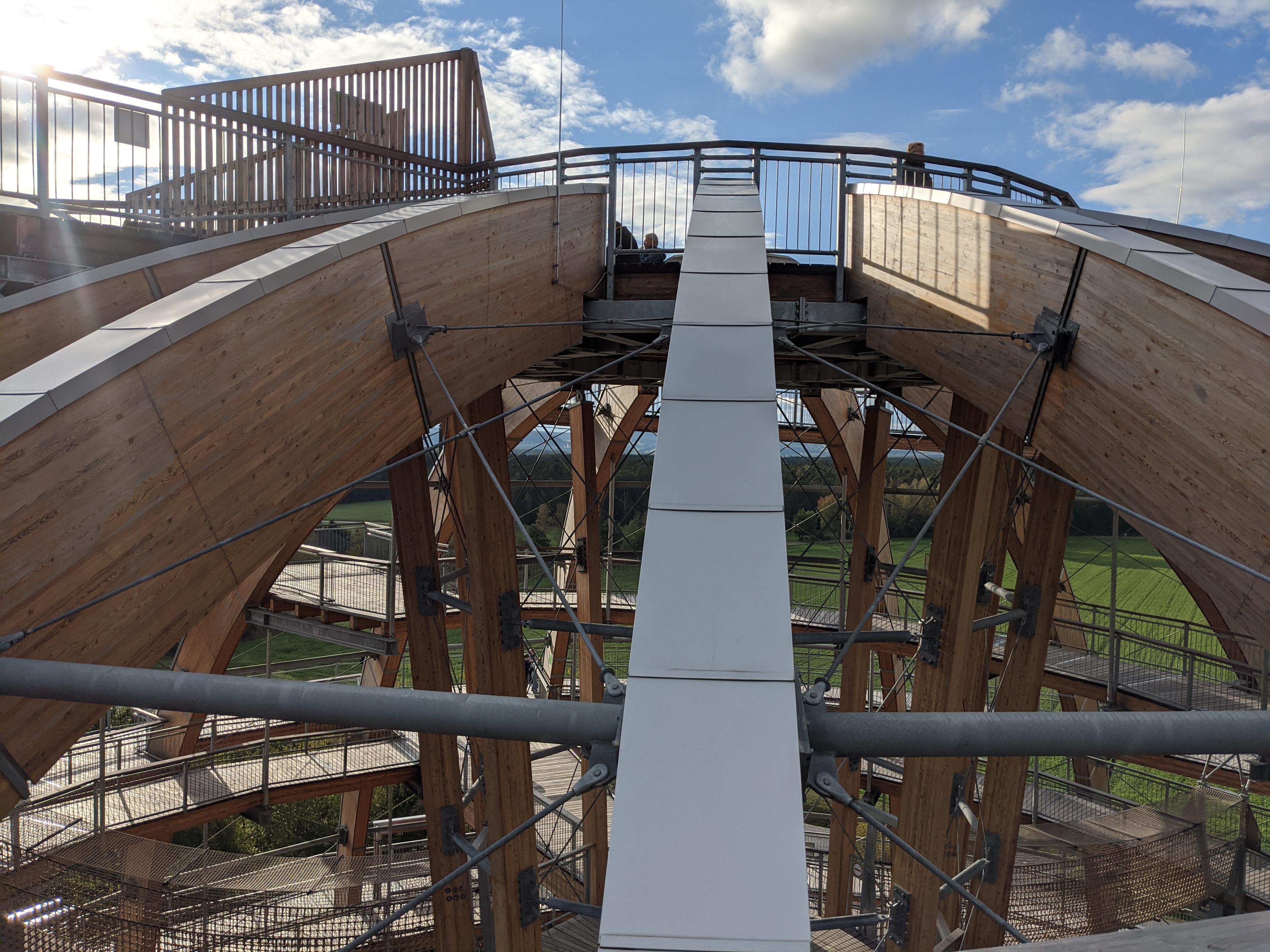 Letzte Meter zur oberen Plattform und Blick nach unten auf zwei Plattformen und den Weg / Bild-Quelle: privat